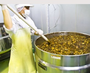 酵素エキスを大釜で抽出中